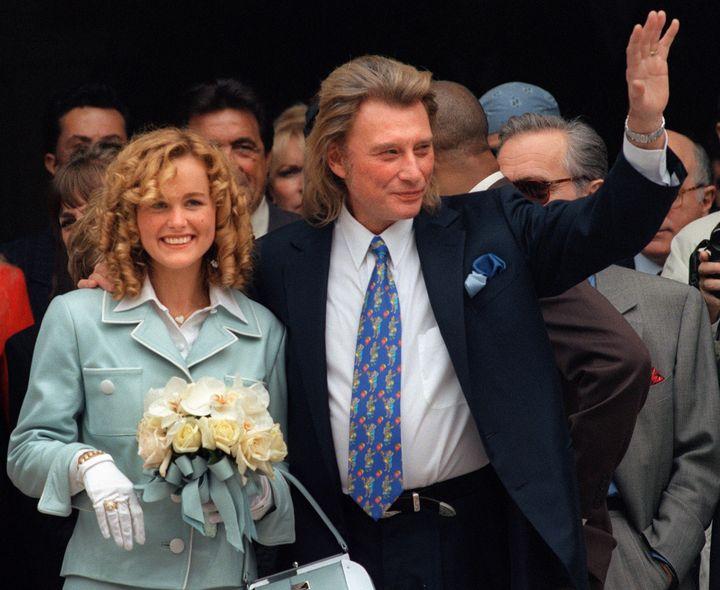 Laeticia et Johnny Hallydayle jour de leur mariage, à Neuilly-sur-Seine (Hauts-de-Seine), le 25 mars 1996. (MICHEL GANGNE / AFP)