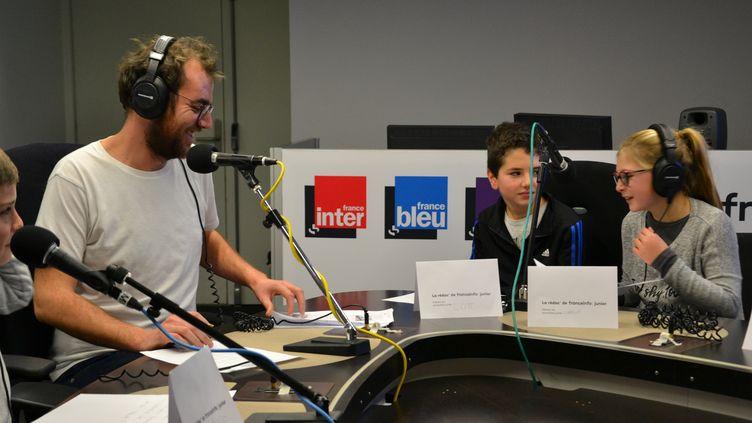 Des élèves de cinquième au micro de franceinfo junior, avec le journaliste Antoine Krempf. Ils ont enregistré l'émission depuis un studio de Radio France. (FRANCEINFO / RADIOFRANCE)