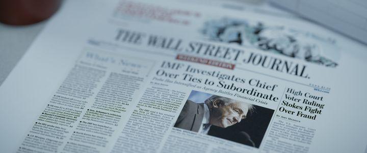 """Un article du Wall Street Journal dans le documentaire """"Chambre 2806 : l'affaire DSK"""". (Netflix / Capa)"""