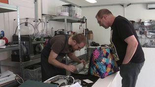 Et si nouscommencionspas réparer un objet qui ne marche plus au lieu de le jeter ?Dans l'atelierEco'bsolèteà Mulhouse(Haut-Rhin), les réparations s'enchaînent.  (france 3)