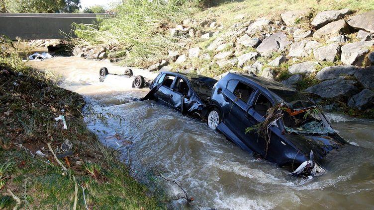 Ces voitures emportées par le courant, samedi 3 octobre,ont fini au fond d'un ruisseau à Biot. (PATRICE LAPOIRIE / MAXPPP)