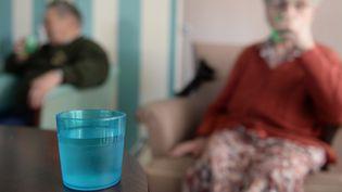 Des personnes âgées s'hydratent. (JOSSELIN CLAIR / MAXPPP)