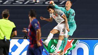 Ter Stegen le gardien de but de Barcelone, prend le dessus sur Robert Lewandowski, l'attaquant du Bayern Munich, le 14 août 2020, lors du dernier face-à-face entre les deus clubs remporté par les Bavarois (8-2). (RAFAEL MARCHANTE / AFP)