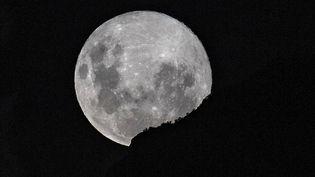"""Le Chili a été l'un des derniers pays à pouvoir profiter de la """"super Lune"""", notamment dans le ciel de Santiago. (MARTIN BERNETTI / AFP)"""