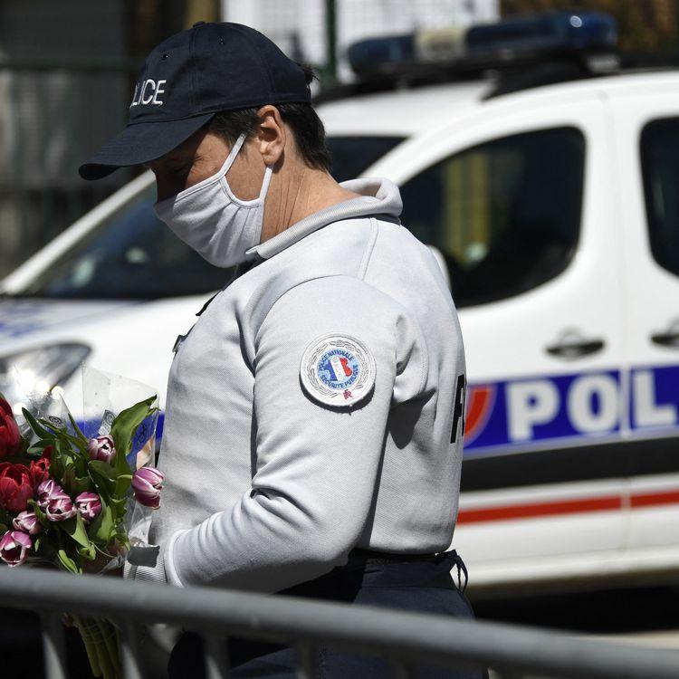 Un policier devant le commissariat de Rambouillet (Yvelines), le 25 avril 2021. (BERTRAND GUAY / AFP)