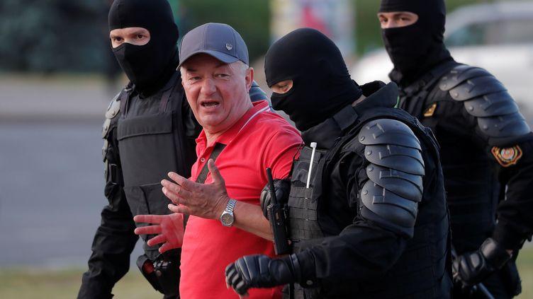 Un homme est arrêté par la police lors d'une manifestation contre la réélection du présidentAlexandre Loukachenko, le 10 août 2020, à Minsk (Biélorussie). (VASILY FEDOSENKO / REUTERS)