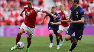 YussufPoulsen face à Daniel O'Shaughnessy lors du match entre le Danemark et la Finlande à Copenhague, le 12 juin (FRIEDEMANN VOGEL / POOL)