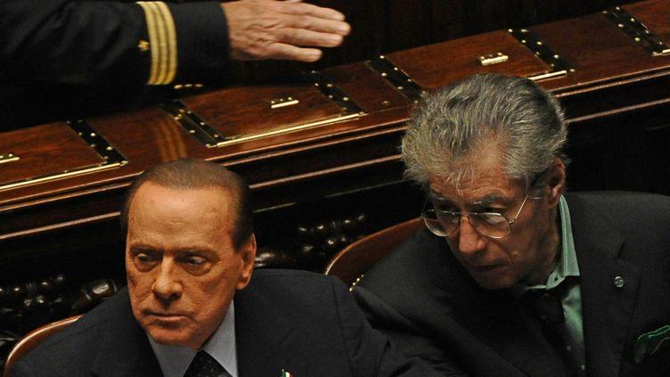 Silvio Berlusconi (à gauche) et le leader de la Ligue du Nord Umberto Bossi (à droite), lors du vote du bilan 2010 de l'Etat, le 8 novembre 2011 à Rome. (VINCENZO PINTO / AFP)