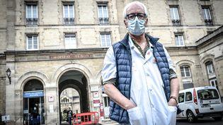 Le Pr Gilles Pialoux, le chef du service des maladies infectieuses et tropicales à l'hôpital Tenon de Paris, le 28 octobre 2020. (STEPHANE DE SAKUTIN / AFP)