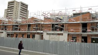 Un chantier de construction de logements, le 12 mai 2014 à Clichy-sous-Bois (Seine-Saint-Denis). (ALAIN JOCARD / AFP)