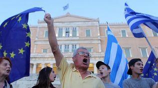 Manifestation de pro-européens devant le Parlement à Athènes après que les citoyens ont rejeté les mesures d'austérité proposées par les créditeurs, le 9 juillet 2015. (Ayhan Mehmet / ANADOLU AGENCY)