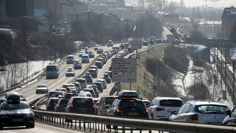 Bouchons à proximité d'Albertville (Savoie) sur la RN90 le 18 février 2012. (JEAN-PIERRE CLATOT / AFP)