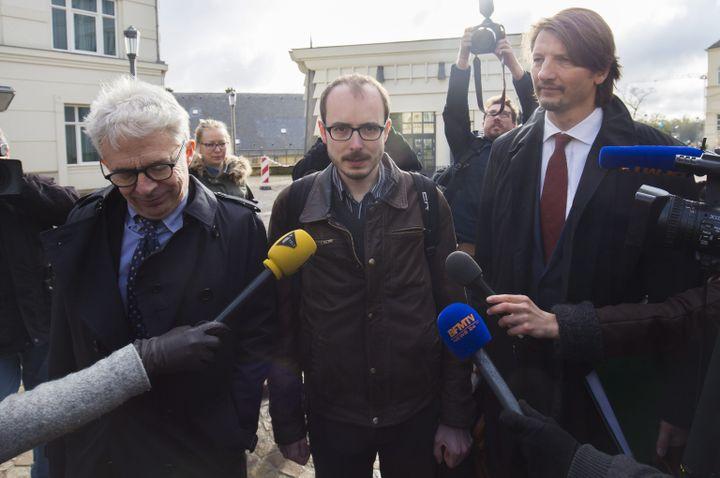 La lanceur d'alerte Antoine Deltour (au centre) à son arrivée au palais de justice de Luxembourg, mardi 26 avril 2016. (MAXPP)
