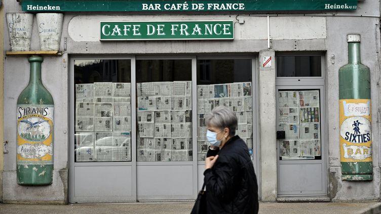 Un bar café fermé à cause du coronavirus, le 18 février 2021 à Pontarlier (Doubs). (ALEXANDRE MARCHI / MAXPPP)