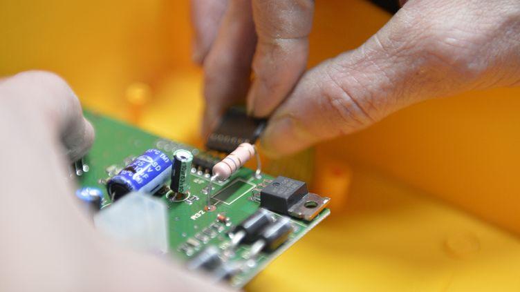 Les semi-conducteurs sont des circuits électroniques indispensables à de nombreuses industries, dont l'automobile. (FRANCK DUNOUAU / PHOTONONSTOP / AFP)