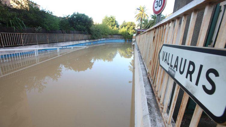 Des inondations recouvrent une route près de Vallauris (Alpes-Maritimes), le 4 octobre 2015. (MAXPPP)