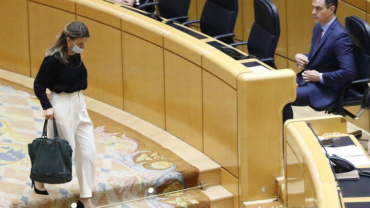 La ministre du Travail espagnole, Yolanda Diaz et le Premier ministre Pedro Sanchez, lors de questions au gouvernement, le 5 mai 2020, à Madrid. (ANDRES BALLESTEROS / AFP)