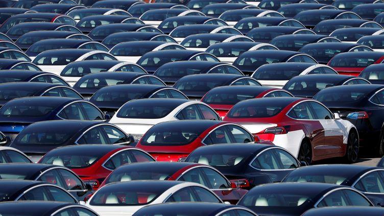 Des voitures Tesla dans une zone de stockage, à Southampton (Royaume-Uni), le 20 avril 2020. (ADRIAN DENNIS / AFP)