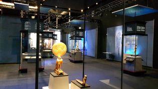 """Au premier plan la figurine d'Horus sous les traits d'un faucon solaire, à l'exposition """"Toutankhamon, le trésor du pharaon"""" du 23 mars au 15 septembre 2019 à la Villette à Paris. (ANNE CHÉPEAU / RADIO FRANCE)"""