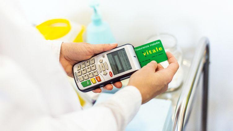 Un médecin utilise une carte vitale, le 17 octobre 2018 à Metz (Moselle). (RAPHAEL DE BENGY / AFP)