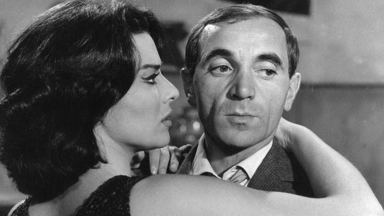 """Charles Aznavour et Giovanna Ralli dans """"Horace 62"""" de André Versini (1962).  (Marcel Dole / Photo 12)"""