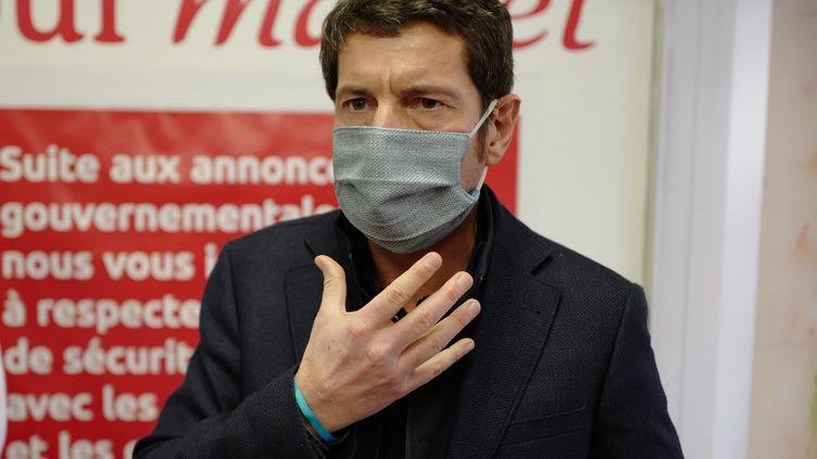 David Lisnard, le maire de Cannes,porte un masque à l'entrée d'un supermarché, le 8 avril 2020 (illustration). (VALERY HACHE / AFP)