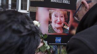Un autel est érigé en hommage à Mireille Knoll, devant son domicile à Paris, lors de la marche blanche en son honneur le 28 mars 2018. (YANN CASTANIER / HANS LUCAS / AFP)