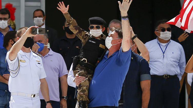 Le président du Brésil JairBolsonaro, lors d'un rassemblement de ses soutiens, à Brasilia, en pleine pandémie de coronavirus, le 17 mai 2020. (SERGIO LIMA / AFP)