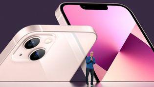 Le PDG d'Apple Tim Cook dévoile l'iPhone 13 depuis l'Apple Park, àCupertino, en Californie (Etats-Unis), le 14 septembre 2021. (BROOKS KRAFT / APPLE INC. / AFP)