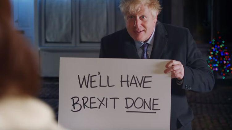 """Le Premier ministre, Boris Johnson, se met en scène dans une parodie du film """"Love Actually"""" pour appeler les Britanniques à voter pour le Parti conservateur lors des élections législatives qui se tiennent le 12 décembre. (TWITTER / BORIS JOHNSON)"""