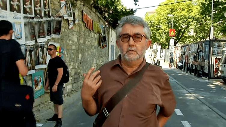 """Daniel Besnehard fait son marché """"théâtre"""" dans les rues d'Avignon  (France 3 / Culturebox)"""