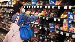 Une femme fait ses courses dans un supermarché de Montbéliard (Doubs), le 22 avril 2020. (LIONEL VADAM / MAXPPP)
