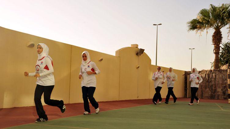 (A Jeddah, les joueuses de ce club de basket s'entraînent dans la clandestinité, loin des regards des autorités religieuses farouchement opposées à la pratique du sport par les femmes  © Maxppp)