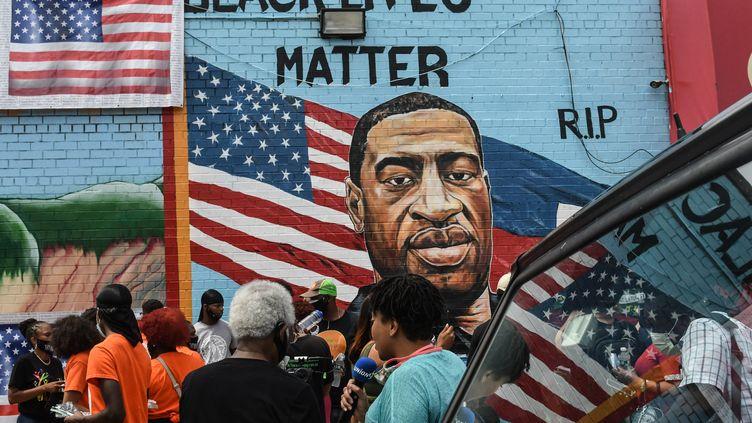 Des personnes sont rassemblées le 13 juillet 2020 devant la fresque murale de l'artiste Kenny Altidoren hommage àGeorge Floyd, à New York (Etats-Unis). (STEPHANIE KEITH / GETTY IMAGES NORTH AMERICA / AFP)
