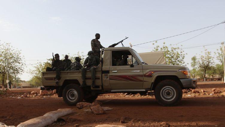 Un soldat de la junte malienne patrouille à Kati, dans les environs de la capitale, Bamako, le 3 avril 2012. (LUC GNAGO / REUTERS)