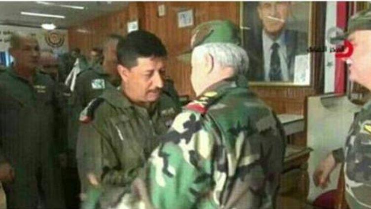 Capture du tweet de Farès Shehabi, montrant le général Mohamed Hasouri (G),félicité par le chef d'état-major syrien, Ali Abdallah Ayoub (D), pour son bombardement contre une position militaire d'al-Qaïda à Khan Cheikhoun. Un tweet retiré depuis. (Capture du tweet de Fares Shehabi, reproduit par le quotidien libanais «Annahar»)