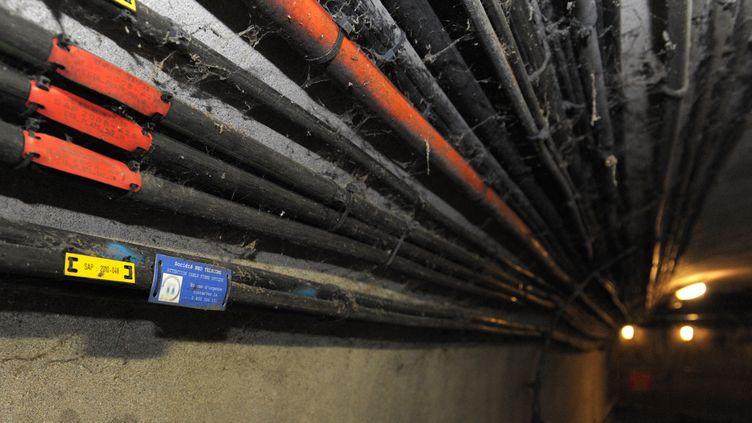 Cables de fibre optique dans le reseau des égouts de Paris. (ERIC PIERMONT / AFP)