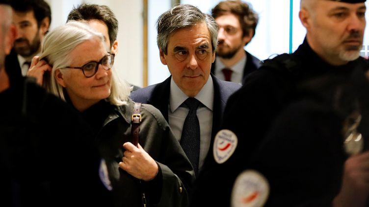 Penelope et François Fillon, avec les avocats de ce dernier en arrière-plan, Antonin Lévy et Joris Monin, le 10 mars 2020. (THOMAS SAMSON / AFP)