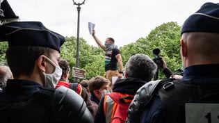 Un rassemblement en soutien aux Palestiniens près du Quai d'Orsay, le 12 mai 2021 à Paris. (RICCARDO MILANI / HANS LUCAS / AFP)