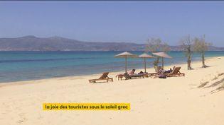 Des touristes en Grèce. (franceinfo)
