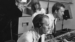 """Geoff Emerickle 25 juin 1967 au deuxième plan, avec George Martin (au premier plan) aux Studios Abbey Road à l'occasion del'enregistrement de """"Our World"""" en live pour la télévision.  ( DAVID MAGNUS/Shuttersto/SIPA)"""