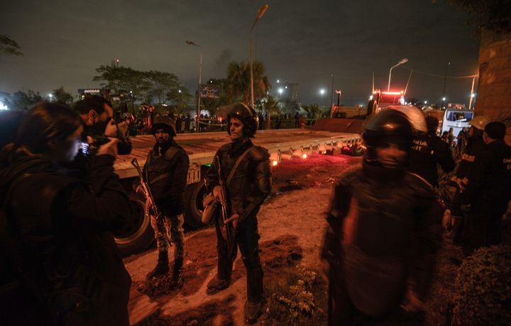 Des membres des forces de sécurité égyptiennes montent la garde après l'attaque contre un bus touristique dans la province de Gizeh, au sud du Caire, le 28 décembre 2018. (MOHAMED EL-SHAHED / AFP)