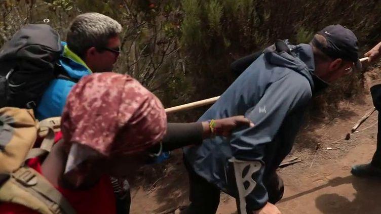 Atteint de sclérose en plaques, Julien Védani tente de gravir le Kilimandjaro. (FRANCE 2)