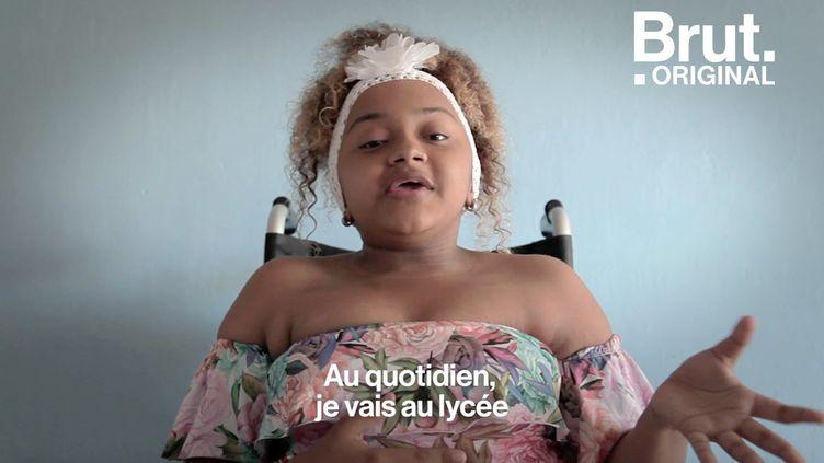 Atteinte d'ostéoporose, la jeune Colombienne a notamment publié une vidéo d'elle en train de danser sur son fauteuil. Un pied de nez aux critiques qu'elle juge non-constructives. (BRUT)