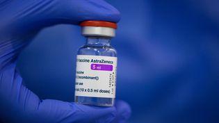 Une fiole du vaccin AstraZeneca, à Dresde (Allemagne), le 20 mars 2021. (ROBERT MICHAEL / DPA-ZENTRALBILD / AFP)