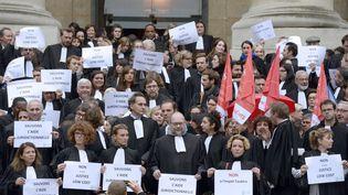 Des avocats manifestent devant le palais de justice de Paris, vendredi 16 octobre 2015, contre la réforme du financement de l'aide juridictionnelle. (MIGUEL MEDINA / AFP)