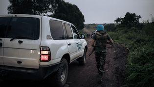 Un Casque bleu de la Monusco escorte une ambulance non loin du village de Kibumba dans le Kivu, là oùLuca Attanasio, ambassadeur d'Italie en République démocratique du Congo, a été tué le 22 février 2021. (ALEXIS HUGUET / AFP)