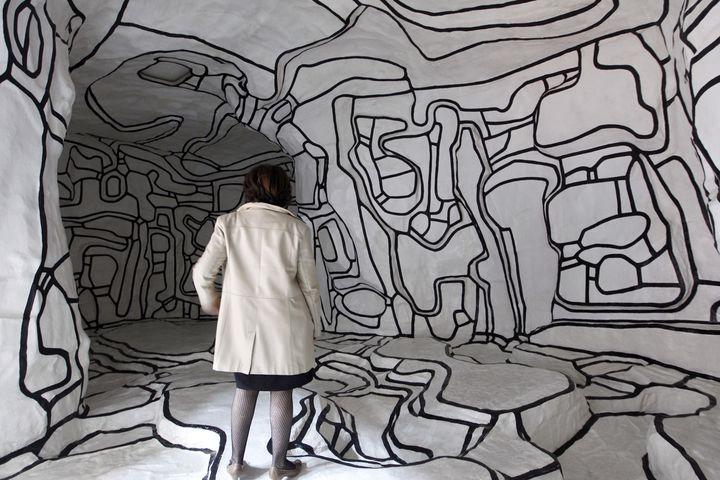 """Une femme regarde """"Le jardin d'Hiver, 1968-1970"""", de Jean Dubuffet, au Musée national d'art moderne du Centre Pompidou, à Paris, le 4 avril 2011. (FRANCOIS GUILLOT / AFP)"""