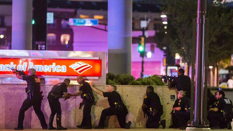Des policiers se protègent après avoir été visés par des tirs en marge d'un rassemblement contre la violence policière à Dallas (Texas, Etats-Unis), le 7 juillet 2016. (SIPA / AP)