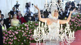 Autre star particulièrement remarquée sur les marches du Met, lundi soir : la chanteuse Katy Perry, avec une robe en forme de chandelier...véritablement illuminée par des ampoules. (CHARLES SYKES / AP / SIPA)